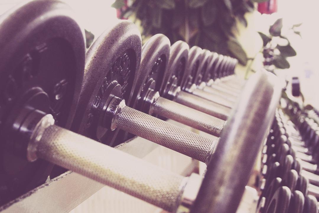 Hantelgewichte im Fitnessstudio